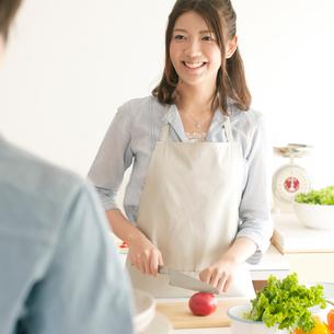 キッチンで料理をする女性の写真素材 [FYI01950316]
