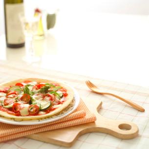 ピザとワインの写真素材 [FYI01950464]