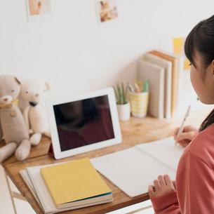 タブレットPCで勉強をする中学生の写真素材 [FYI01950486]