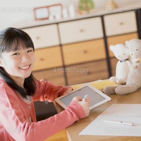タブレットPCで勉強をする中学生の写真素材 [FYI01950506]