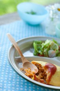 ワンプレートに盛った食べかけのオムライスの写真素材 [FYI01950518]
