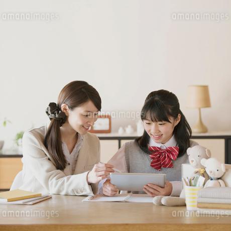 中学生に勉強を教える家庭教師の写真素材 [FYI01950530]