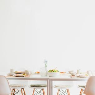 テーブルの上に並ぶ朝食の写真素材 [FYI01950539]