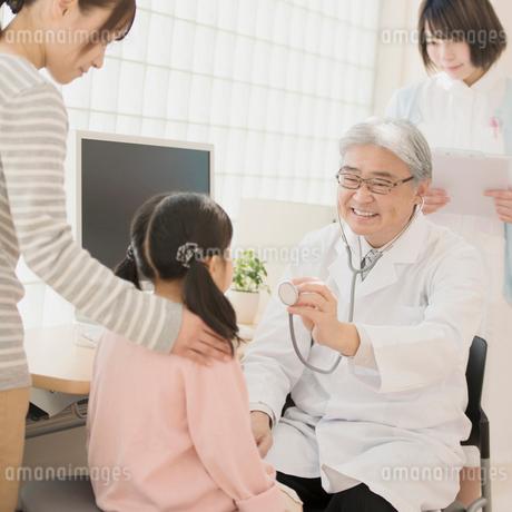女の子の診察をする医者の写真素材 [FYI01950565]
