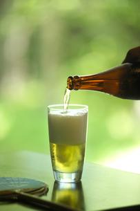 グラスにそそがれる冷えたビールの写真素材 [FYI01950566]