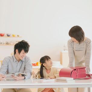 タブレットPCで勉強をする親子の写真素材 [FYI01950589]