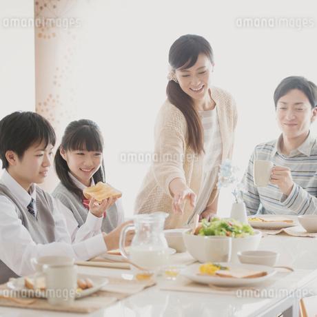 朝食を食べる家族の写真素材 [FYI01950615]