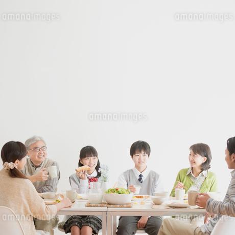 朝食を食べる3世代家族の写真素材 [FYI01950619]