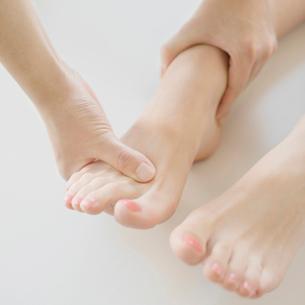 足のマッサージを受ける女性の足元の写真素材 [FYI01950628]