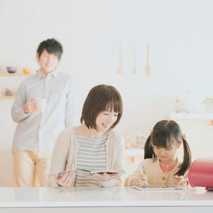 タブレットPCで勉強をする親子の写真素材 [FYI01950629]
