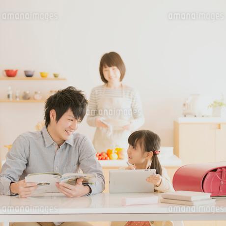 タブレットPCで勉強をする親子の写真素材 [FYI01950637]
