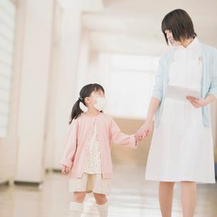 女の子の手をひく看護師の写真素材 [FYI01950671]
