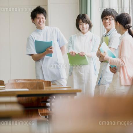 窓際で談笑をする看護学生の写真素材 [FYI01950682]