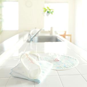 キッチンの上にあるベビー用品の写真素材 [FYI01950705]
