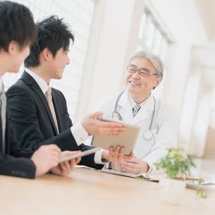 MRと話をする医者の写真素材 [FYI01950706]