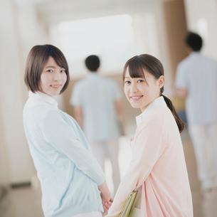廊下で振り向く看護学生の写真素材 [FYI01950726]