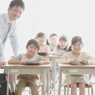 タブレットPCで勉強をする小学生と先生の写真素材 [FYI01950733]