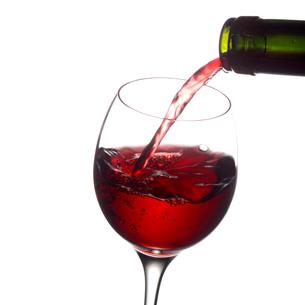そそがれる赤ワインの写真素材 [FYI01950742]