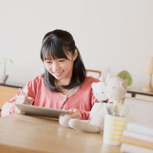タブレットPCで勉強をする中学生の写真素材 [FYI01950779]