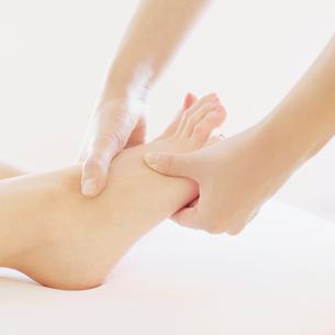 足のマッサージを受ける女性の足元の写真素材 [FYI01950787]