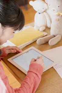 タブレットPCで勉強をする中学生の写真素材 [FYI01950806]