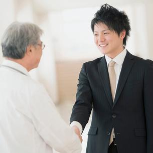 握手をする医者とMRの写真素材 [FYI01950817]