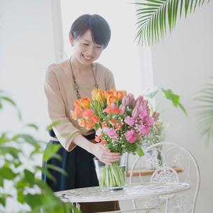 花の手入れをする女性の写真素材 [FYI01950818]