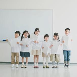 楽譜を持ち微笑む小学生の写真素材 [FYI01950819]