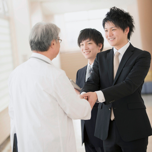 握手をする医者とMRの写真素材 [FYI01950824]