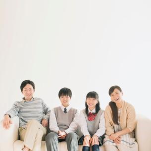 ソファで微笑む家族の写真素材 [FYI01950825]