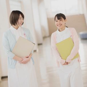 廊下を歩く2人の看護師の写真素材 [FYI01950829]