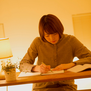 通信講座の勉強をする女性の写真素材 [FYI01950832]