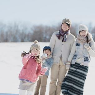 雪原で微笑む家族の写真素材 [FYI01950865]