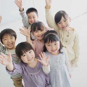 手を振る子供たちの写真素材 [FYI01950867]