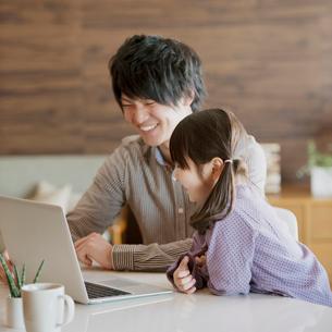 パソコンをする親子の写真素材 [FYI01950880]