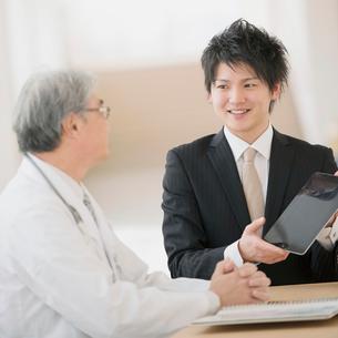 医者と話をするMRの写真素材 [FYI01950888]