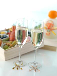 2つのシャンパングラスとおせち料理の写真素材 [FYI01950893]