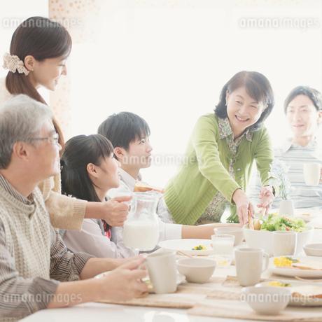 朝食を食べる3世代家族の写真素材 [FYI01950901]