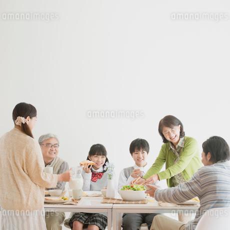 朝食を食べる3世代家族の写真素材 [FYI01950916]