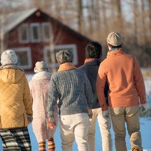 雪道を歩く若者たちの後姿の写真素材 [FYI01950921]