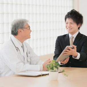 医者と話をするMRの写真素材 [FYI01950922]