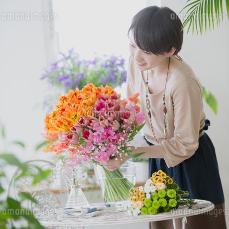 花の手入れをする女性の写真素材 [FYI01950926]