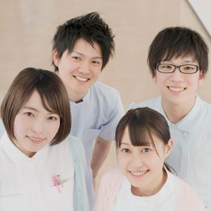 廊下で微笑む看護学生の写真素材 [FYI01950927]