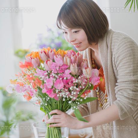 花の手入れをする女性の写真素材 [FYI01950932]
