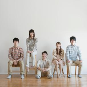 椅子に座り微笑む若者たちの写真素材 [FYI01950939]