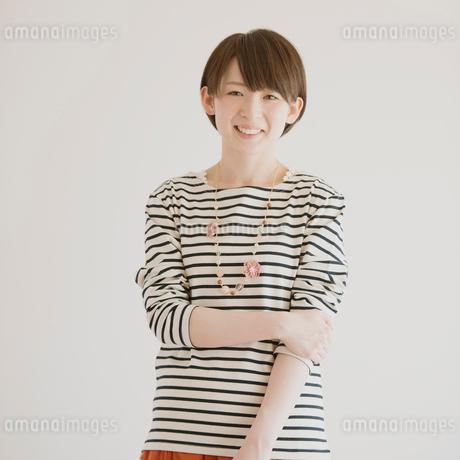 微笑む女性のポートレートの写真素材 [FYI01950987]