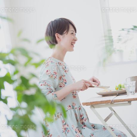 朝食を食べる女性の写真素材 [FYI01950988]