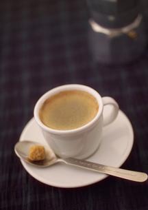 白いカップのエスプレッソの写真素材 [FYI01951010]