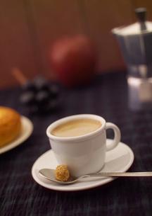 白いカップのエスプレッソの写真素材 [FYI01951011]