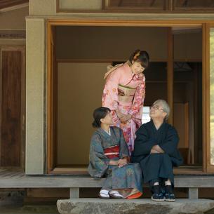 縁側で談笑をする家族の写真素材 [FYI01951018]